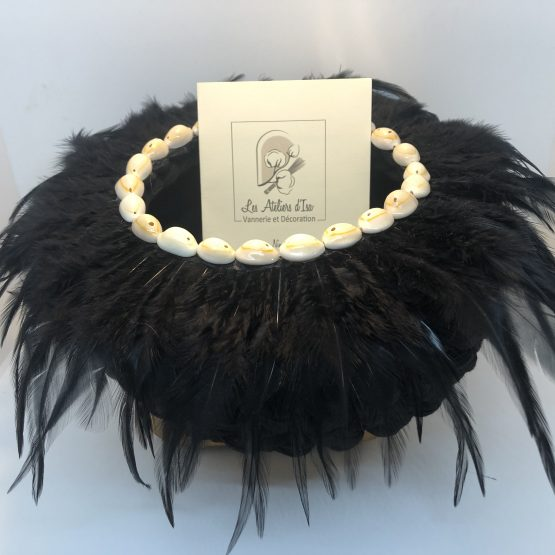 corbeille noire plumes et cauris